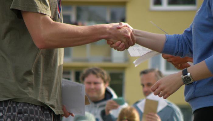 Handshake am Gemeinwohlgutschein Marktplatz