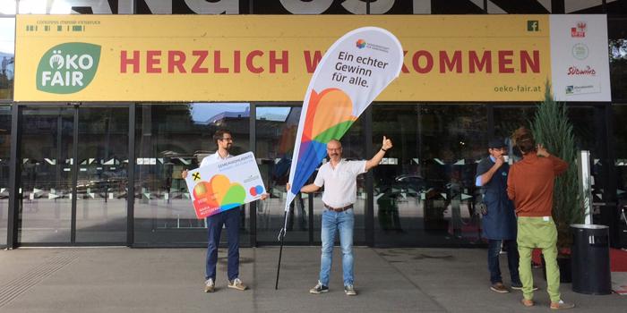 Patrick und Helmo vorm ÖkoFair-Eingang